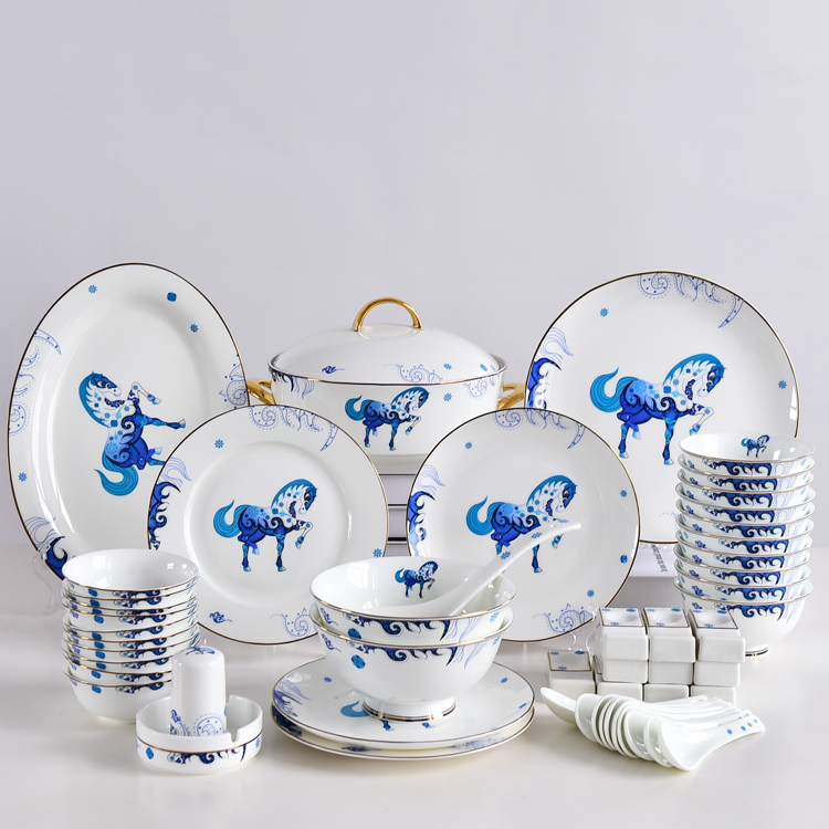 华丽的的骨瓷餐具碗盘套装让餐桌面目一新