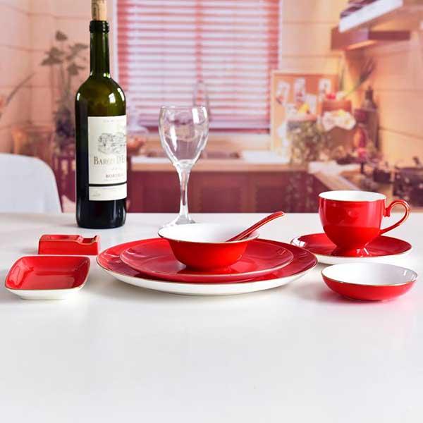 红釉陶瓷餐具摆台